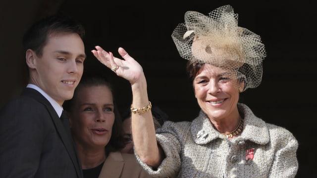 Prinzessin Caroline winkt von Balkon.