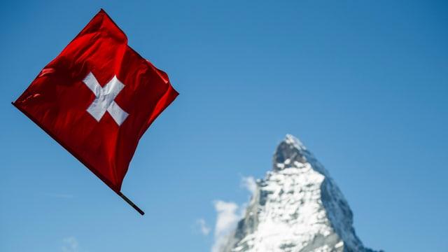Schweizerkreuz vor Matterhorn