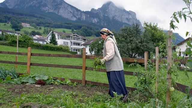 Eine kurdische Asylbewerberin aus der Türkei, arbeitet im Garten der Asylunterkunft «Salesheim» in Schwyz