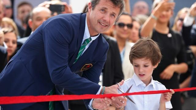 Kronprinz Frederik eröffnet gemeinsam mit seinem Sohn Prinz Henrik das dänische Haus und schneidet das rote Band durch.