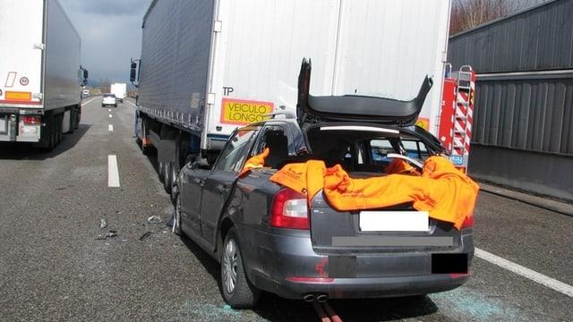 Auffahrunfall zwischen einem Lastwagen und einem Personenfahrzeug.