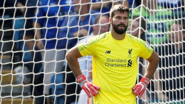 Liverpools Keeper Alisson schaut fassungslos auf's Spielfeld.