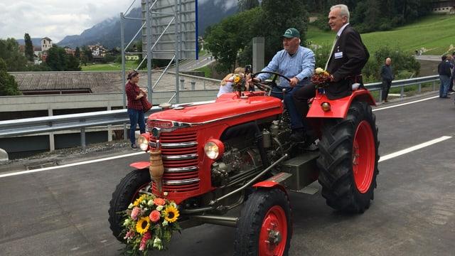 Il president communal da Glion Aurelio Casanova cun ils amitgs dals tractors.