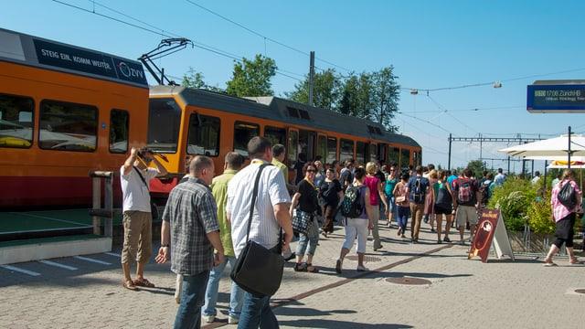 Zugpassagiere auf dem Bahnhof Uetliberg
