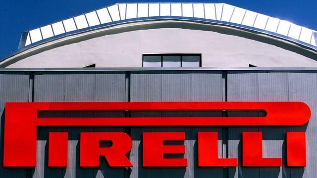 Das Logo von Pirelli auf einem Fabrikgebäude