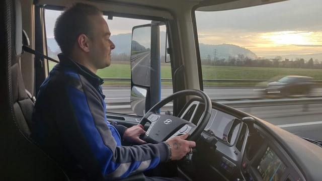 Lastwagenchauffeur fährt auf Autobahn.