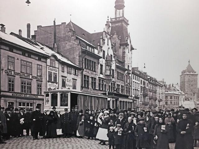 Internierte auf ihrer Durchreise an der Schaffhauser Bahnhofstrasse.