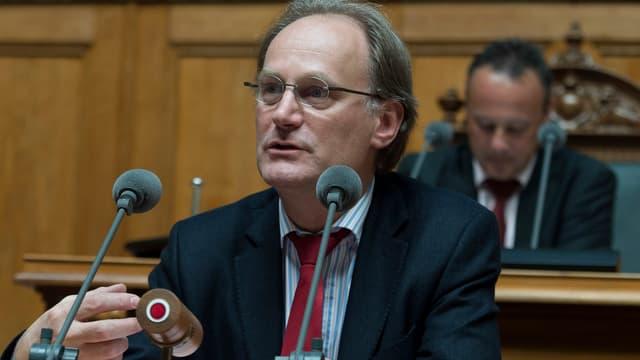 Nidegger spricht im Nationalratssaal in ein Mikrofon.