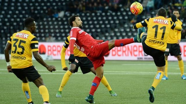 Carlitos und Steffen kämpfen um den Ball.