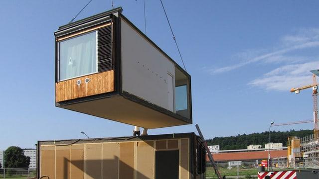 Ein Schulpavillon wird in Zürich-Affoltern installiert