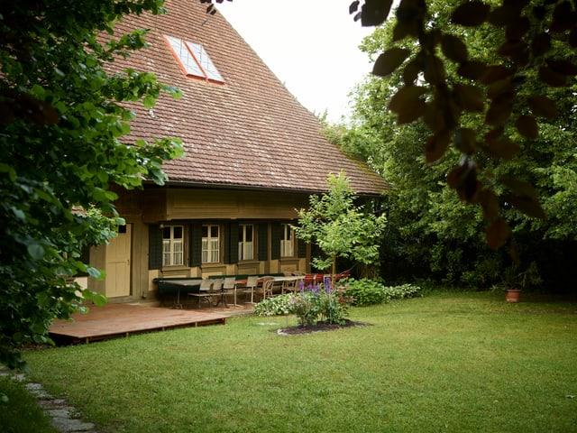 Albert Anker Haus, altes Bauernhaus, im Vordergrund Garten