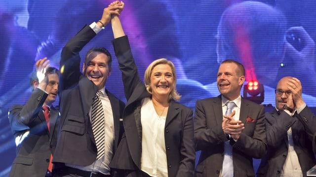 FPÖ-Chef Strache und Front National-Chefin Le Pen auf der Bühne.