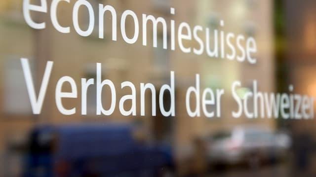 Glastür im Sitz der Economiesuisse. Darin spiegelt sich die gegenüberliegende Strassenseite.