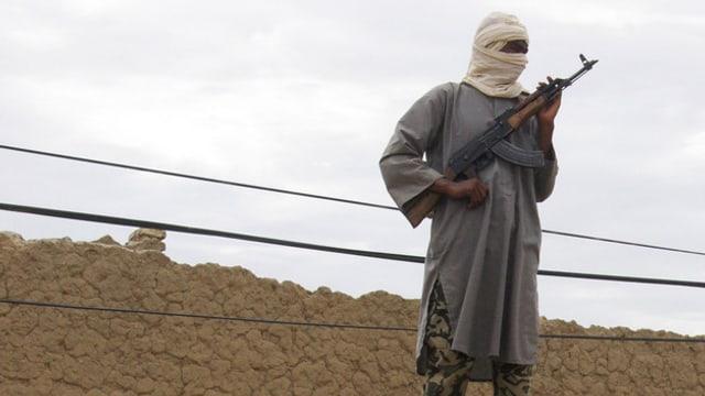 Verhüllter Al-Kaide Kämpfer in Mali mit Gewehr in der Hand.