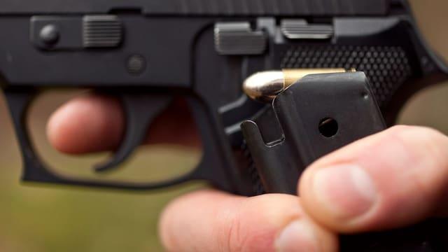 In maun vi d'ina part dad ina pistola.