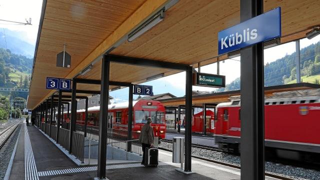 Novs perruns ed in nov sutpassadi a la staziun da Küblis.