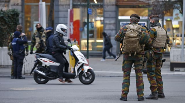 schuldads e la polizia patruglieschan en il center da Brüssel