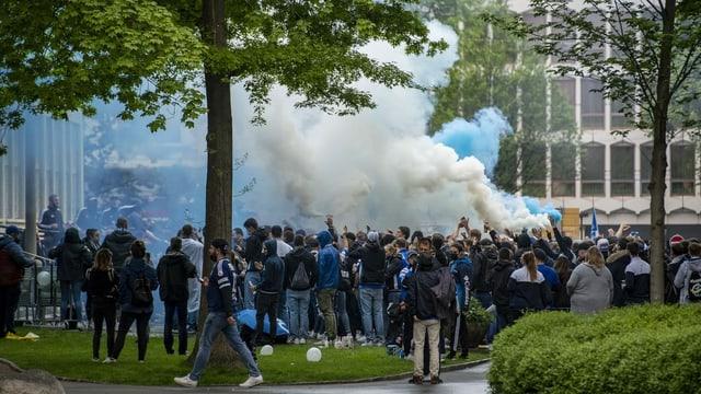 Hunderte Fans in einem Luzerner Park, die gemeinsam den Cupmatch schauten.
