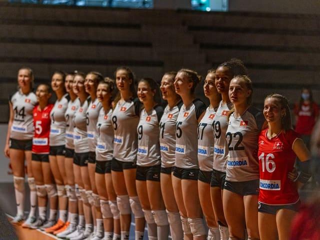 Volleyball-Nationalspielerinnen der Schweiz stehen nebeneinander vor einem Spiel.