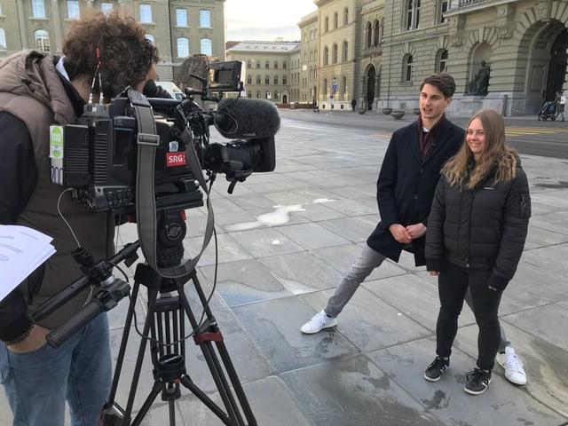 Laura und Linus bei den Dreharbeiten vor dem Bundeshaus in Bern