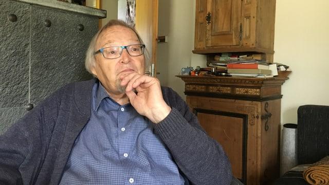 Jacques Guidon en sia stiva a Zernez.