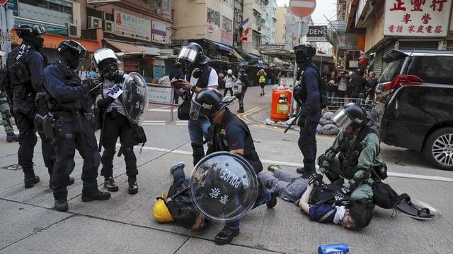 Polizisten mit Demonstranten.