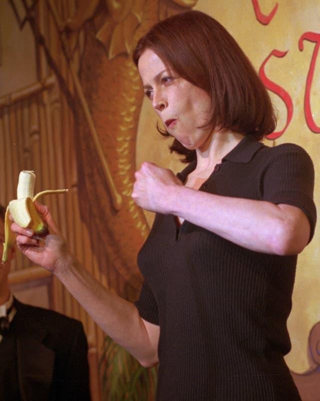 Sigourney Weaver macht sich auf einer Preisverleihung zum Affen.