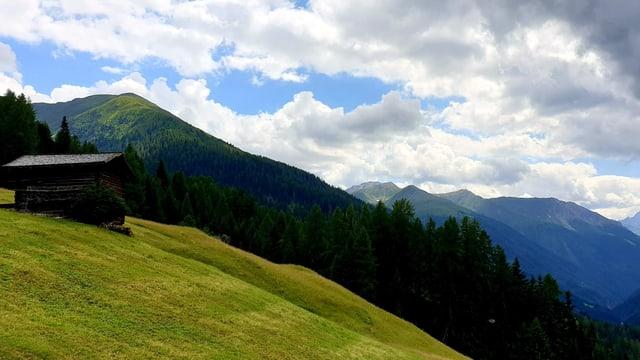 Quellwolken über der Landschaft Davos.