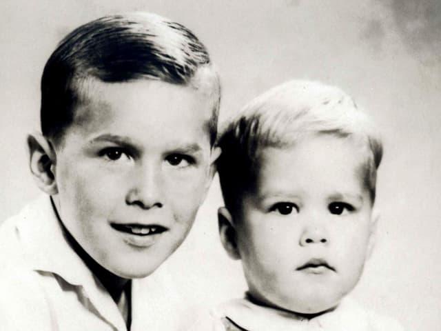 Die beiden Brüder als Kinder. George W. Bush lächelt etwas verhalten in die Kamera, Jeb blickt ernst.