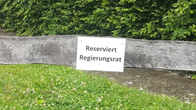 Ein Schild an einer Holzlatte mit der Aufschrift: Reserviert Regierungsrat