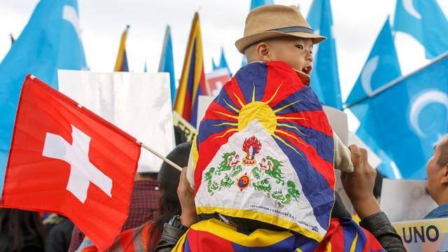 Demonstrants cun bandieras.