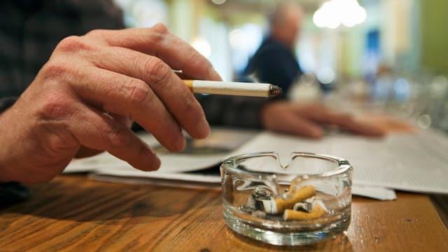 en ina bar, in maun cun ina cigaretta, dasper in tschendrer