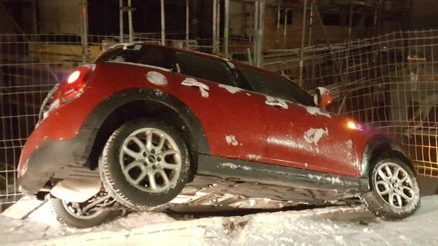 Ein Auto in einer Baustellenabschrankung
