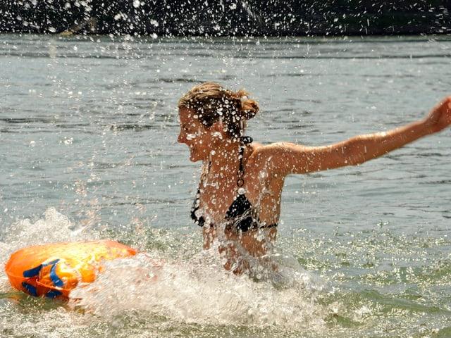 Frau am Baden im Fluss
