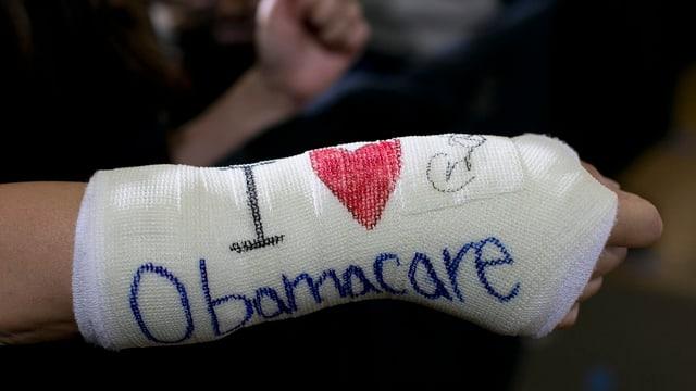 Eine Hand im Gips mit der Aufschrift Obamacare