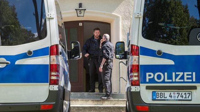 Polizisten vor der Wohnung des Verdächtigen.
