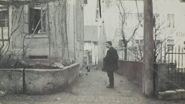 Mann steht an einer Strasse.