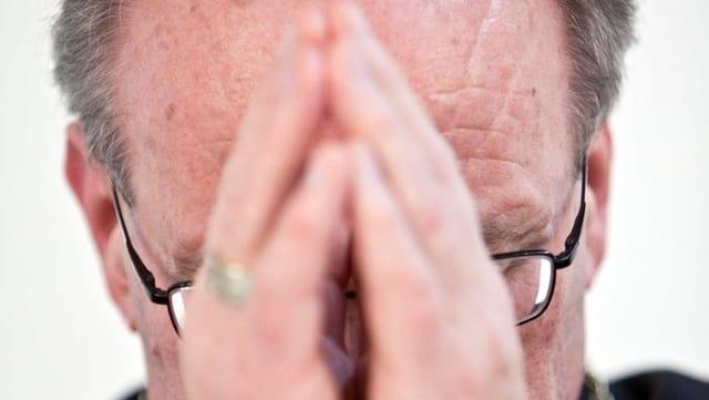Bischof Vitus Huonder mit gefalteten Händen.