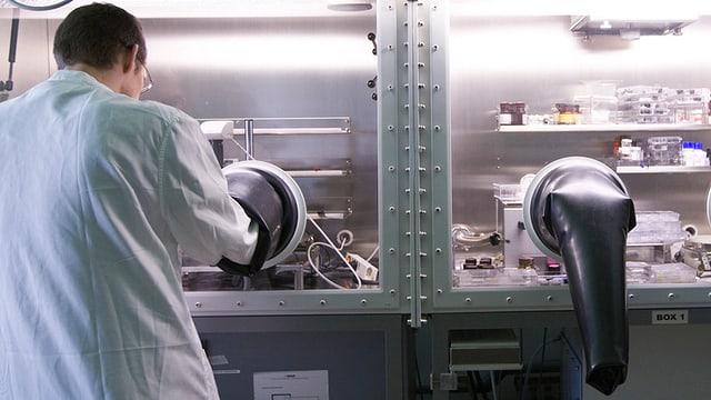 Ein Forscher in einem Elektronik-Labor.