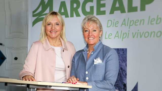 Beate Merk (san.), la ministra da Baviera cun la presidenta da la regenza grischuna Barbara Janom Steiner.