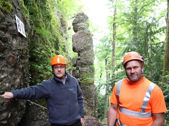 Gemeindeammann Baptist Lottenbach und Felstechniker Röbi Küttel vor einer der haushohen Felsnadeln.