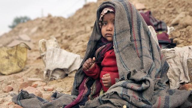 Indisches Kleinkind in Decken eingewickelt.