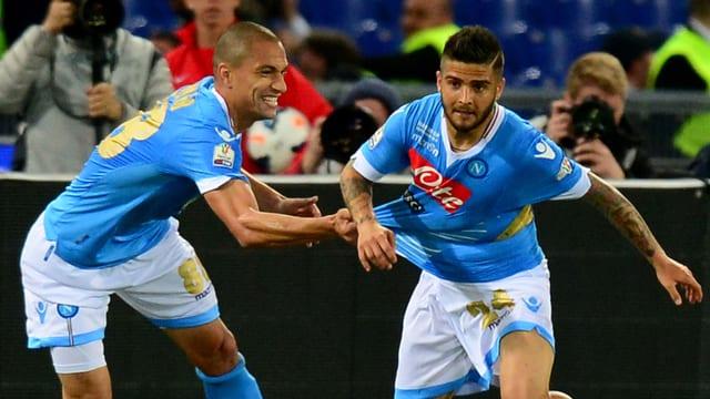 Die Napolispieler Gökhan Inler und Lorenzo Insigne jubeln nach dem Führungstreffer.
