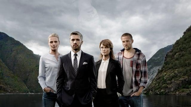 Vier Personen stehen vor eine Fjord. In den Wolken ist knapp das Gesicht einer fünften Person zu erkennen.