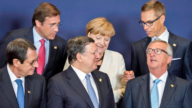 Haben weitere Schrittev gegen Russland beschlossen: (vorne von l. n. r. )der zyprische Präsident Nicos Anastasiades, EU-Kommissionspräsident Jose Manuel Barroso und der neu gewählte Kommissionspräsident Jean-Claude Juncker. (hinten von l. n. r.) portugals Premier Pedro Passos Coelho, Bundeskanzlerin Angela Merkel, und Finnalnds Premier Alexander Stubb. (keystone)