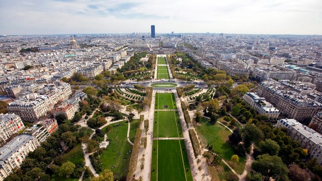 Champs de Mars Parc sut la tur d'Eiffel a Paris.