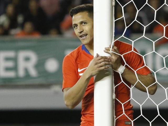 Alexis Sanchez hält den Torpfosten