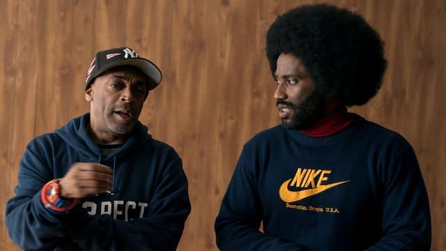 Regisseur Spike Lee spricht mit seinem Hauptdarsteller John David Washington.