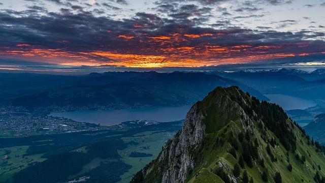 Im Vordergrund die Stockhornkette, dahinter der dunkle Thunersee und am Horizont die ersten Sonnenstrahlen.