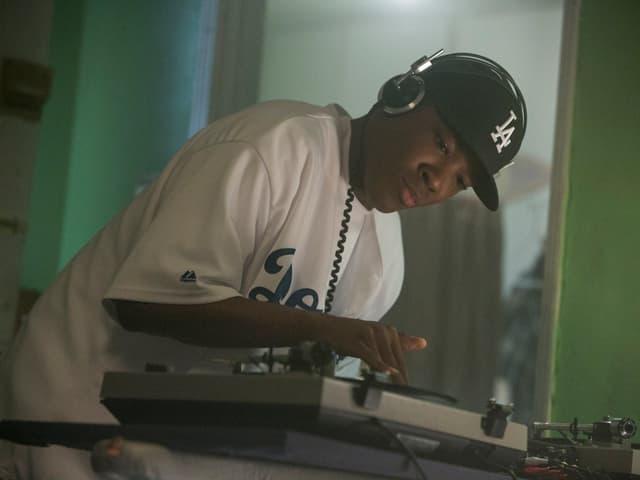 Dr. Dre (Corey Hawkins), als junger Virtuose am Plattenteller.